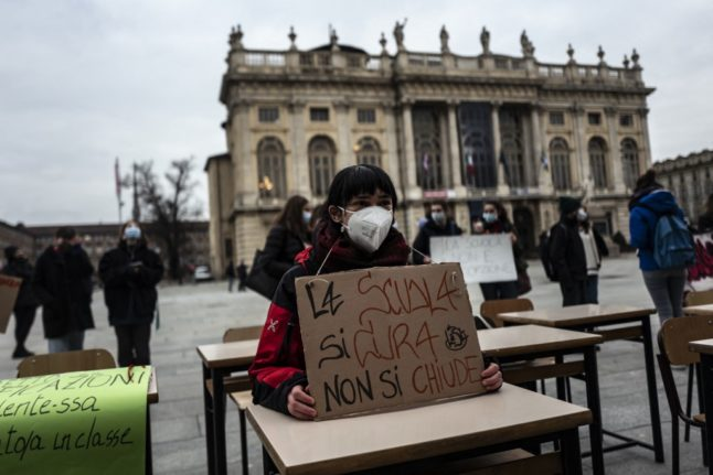 Италия вновь откроет начальные школы