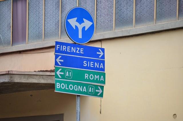 Дорожные указатели, показывающие путь, в соответствии с городами в этих направлениях.